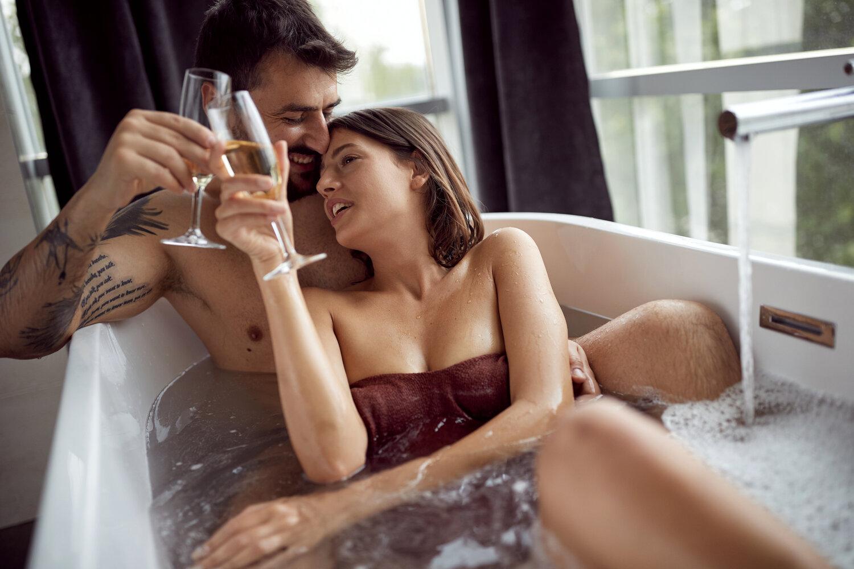 Couple heureux relaxe dans le bain