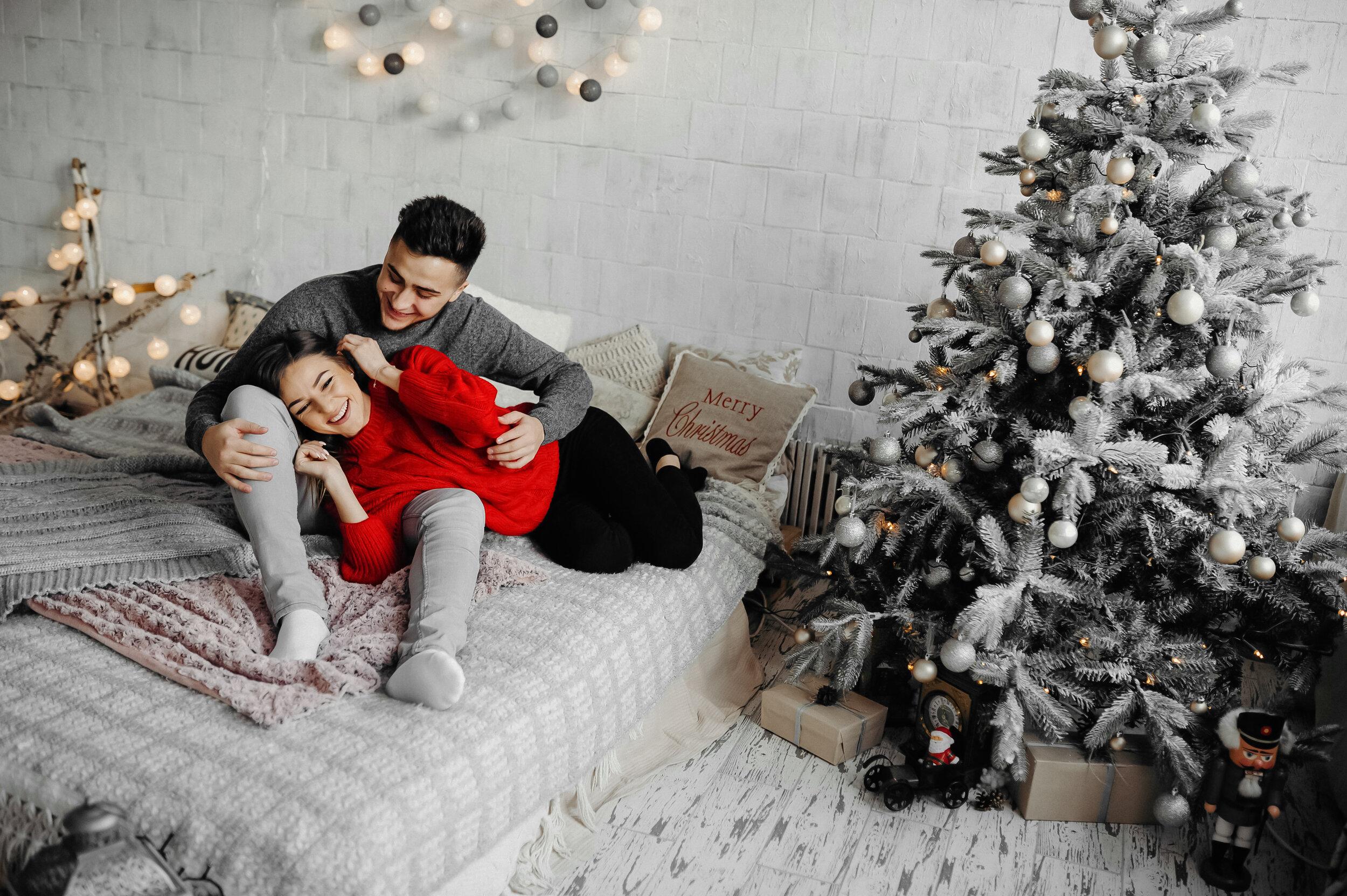 Couple heureux cadeaux de Noël