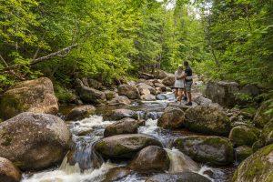 Repos sur le bord de la rivière lors d'une escapade en amoureux dans Charlevoix